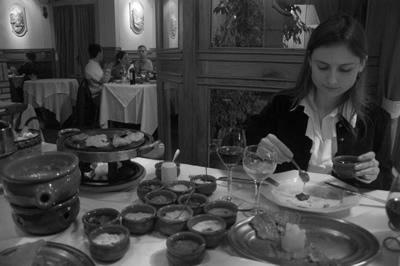 Carol comendo fondue