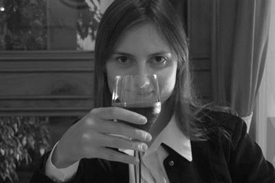 Carol tomando vinho