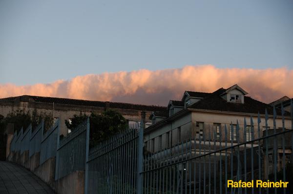 Nuvens engolem casarão